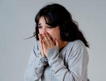 Menselijke uitdrukkingen en emoties jonge aantrekkelijke vrouw die doen schrikken en geschokt kijken stock afbeelding