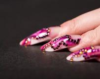 Menselijke vingers met lange vingernagel Stock Foto