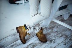 Menselijke voet met bruine leerschoenen Royalty-vrije Stock Fotografie
