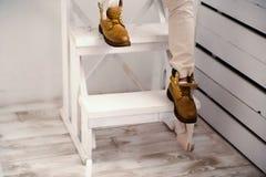 Menselijke voet met bruine leerschoenen Stock Foto