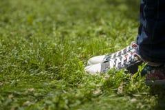 Menselijke voet multicolored tennisschoenen royalty-vrije stock afbeelding