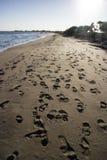 Menselijke voetafdrukken in zand op strand Stock Foto's
