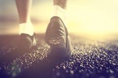 Menselijke voeten met sokken en sneackers Stock Afbeeldingen