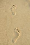 menselijke voetstappen op het strand Stock Fotografie