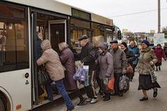Mensen aan de bus in werking die worden gesteld die Stock Afbeeldingen