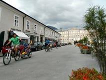 Mensen actief op de straat in Salzburg, Oostenrijk Stock Afbeelding