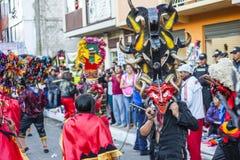 Mensen als duivels worden vermomd die op straten dansen die Royalty-vrije Stock Foto