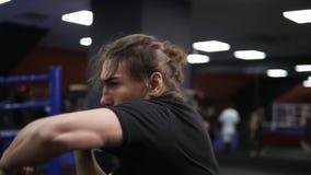 Mensen, atleet, het uitwerken, gymnastiek, fitness, gevecht en extreme sporten Kaukasische mens die in gymnastiek uitoefenen Krij stock video