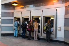 Mensen in ATM Royalty-vrije Stock Foto