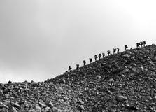 Mensen in bergen stock afbeeldingen