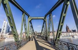 Mensen in beroemde Eiserner steg met liefdesloten over de rivier Ma Royalty-vrije Stock Afbeeldingen