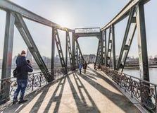 Mensen in beroemde Eiserner steg met liefdesloten over de rivier Ma Stock Fotografie