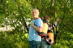 Mensen bespoten bomen van insecten stock foto's