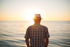 Mensen bevindende backlight zonsondergang die achtermening aansteken Royalty-vrije Stock Afbeelding