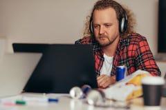 Mensen bezige codage op laptop t het opstarten van technologie royalty-vrije stock afbeelding