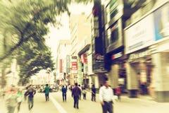 mensen in bezige het winkelen straat, bezige stedelijke stadsstraat stock afbeeldingen