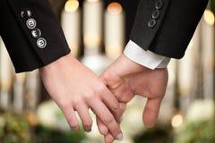 Mensen bij begrafenis die elkaar troost royalty-vrije stock afbeeldingen