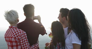 Mensen bij Berg het Hoogste Spreken, Mens die Foto van Zonsopgang op Cel Slimme Telefoon nemen, de Mededeling van de Toeristengro stock footage