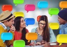 Mensen bij bureau met glanzende praatjebellen Royalty-vrije Stock Afbeeldingen