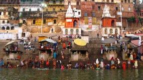Mensen bij de bank van de Ganges rivier Stock Foto
