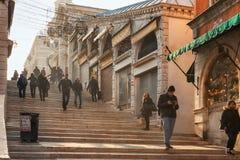 Mensen bij de beroemde Brug van Ponte Rialto in Venetië, Italië Stock Fotografie