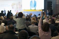 Mensen bij de conferentiezaal Achter mening De mensen in de zaal luisteren aan de spreker stock foto's