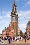 Mensen bij de Gestreepte kruising dichtbij Munt-toren, Amsterdam, Nederland Royalty-vrije Stock Foto