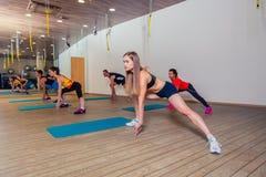 Mensen bij de gezondheidsclub met persoonlijke trainer Stock Foto