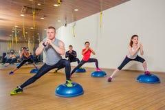 Mensen bij de gezondheidsclub met persoonlijke trainer Stock Fotografie