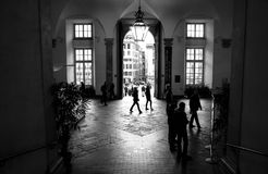 Mensen bij de ingang aan het hertogelijke paleis van Genua royalty-vrije stock fotografie