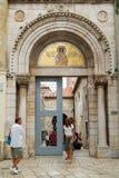 Mensen bij de ingangsdeur van de Euphrasian-Basiliek op Porec Royalty-vrije Stock Fotografie