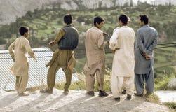 Mensen bij de Karakoram-Weg in Pakistan Stock Afbeelding