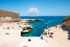 Mensen bij de kust in Marsaskala, Malta Royalty-vrije Stock Foto