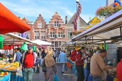 Mensen bij de markt in de feestelijke stad. Dordrecht, Nederland royalty-vrije stock foto's