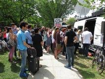 Mensen bij de Media Bestelwagen bij de Kathedraal in Washington DC stock afbeeldingen