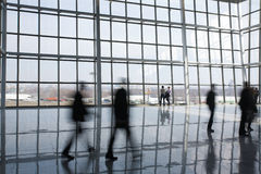 Mensen bij de moderne bouw royalty-vrije stock afbeelding