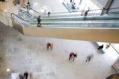 Mensen bij de moderne bouw stock afbeelding