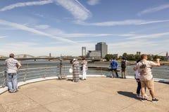 Mensen bij de Rijn-Rivier in Keulen, Duitsland stock afbeelding