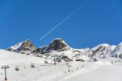 Mensen bij de skilift en op de helling stock fotografie