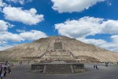 Mensen bij de Tempel van de Zon in de archeologische plaats van Teotihuacan in Mexico Stock Afbeeldingen