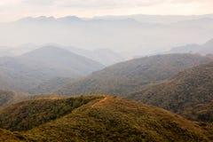 Mensen bij de trekking in een berg in zuidelijk Brazilië stock foto