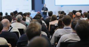 Mensen bij een conferentie of een presentatie, workshop, hoofdklassenfoto Achter mening stock footage