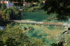 Mensen bij een promenade en het zwemmen bij het Nationale Park van Krka stock foto