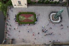 Mensen bij een vierkant in Praag stock afbeeldingen