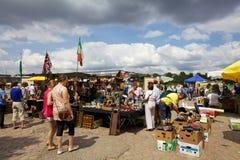 Mensen bij een vlooienmarkt stock foto's
