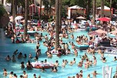 Mensen bij een zwembad royalty-vrije stock afbeeldingen