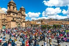 Mensen bij festival in het Plein DE Armas in Cuzco Peru stock afbeeldingen