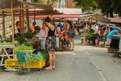 Mensen bij groente en vruchten straatmarkt Stock Afbeelding