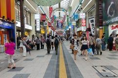 Mensen bij het lopen van straat in Sapporo Stock Foto's