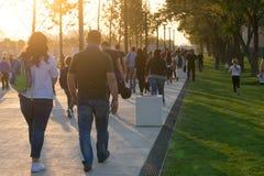 Mensen bij het openen van een modern vrije tijdspark vóór zonsondergang Stock Foto